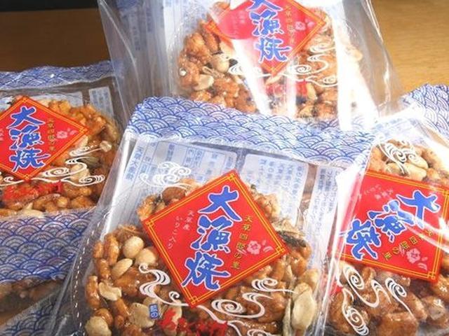画像: 「天草大漁焼」。天草漁師とせんべい職人が丹精込めた逸品。天草産の唐辛子である朱次郎(あかじろう)を使った辛口タイプも。