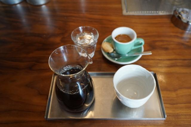 画像: 「Side by Side」は抽出方による味の違いを楽しむことができる。ボアオーバーによるコーヒー(写真手前)とエスプレッソ(写真奥)