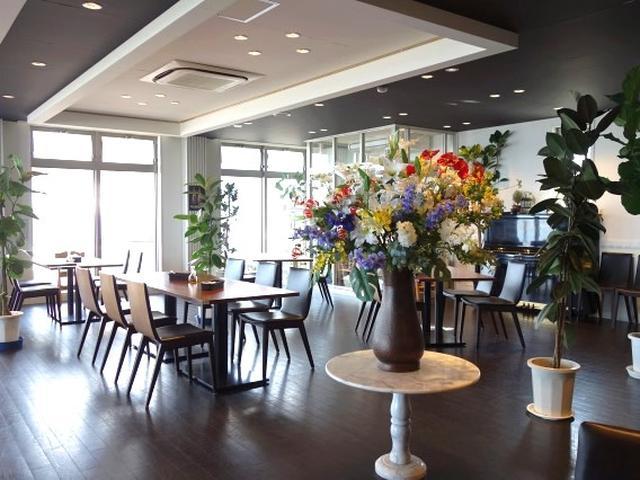 画像: 店内は2階ということもあり、海に面していて明るく開放的な雰囲気。そして広々とした空間でゆったりとした配置なのも魅力。