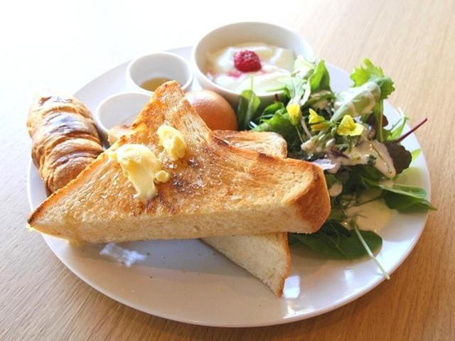 画像: 「井出養蜂のはちみつバタートースト」。山田さんはパンソムリエの資格も有しているため、特にこだわりがあります。