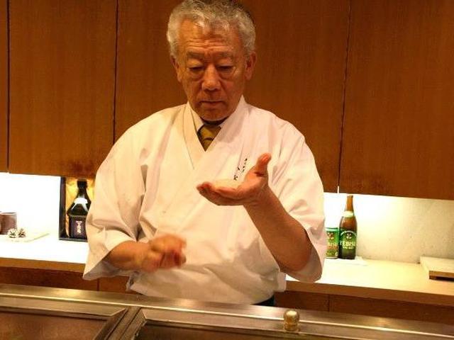 画像: 噂には聞いていましたが、初めて見ました。「一手返し」。お客 さまを見て、その人にあった酢飯の大きさにし、一瞬にして握る手法。