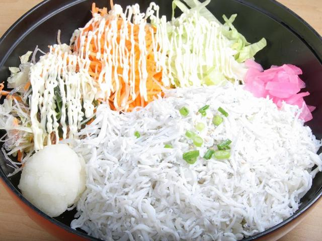 画像: 「釜揚げしらす丼」は、釜揚げのしらす自体が柔らかくて旨味たっぷりで美味。これを、卵の黄身と特製ポン酢でいただきます。