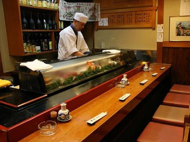 画像: 店内はThe寿司店という雰囲気。ご主人は入江俊尚さん。店舗を構えてもう25年目。社長さんや先生なども足繫く通う寿司店です。