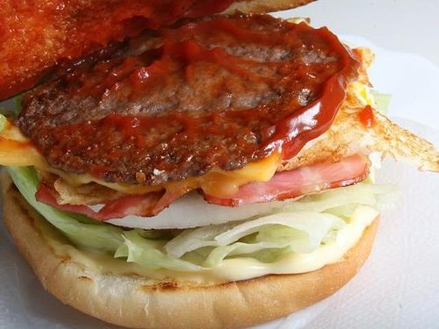 画像: バンズの間には、パテやチーズ、玉子、ベーコン、玉ネギ、トマト、レタスなど。味付けはケチャップやマヨネーズ、塩、胡椒。