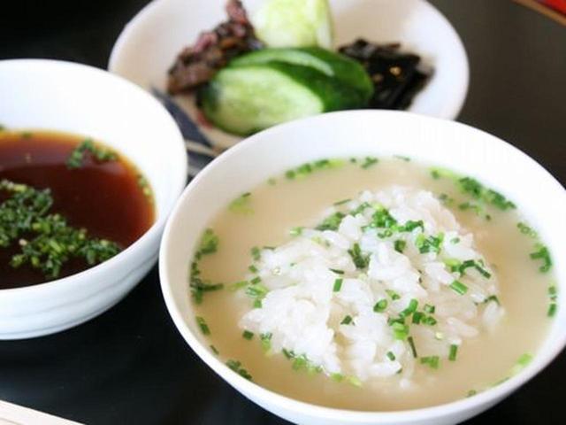 画像: そして締めのスープご飯。ふっくら炊きたてのご飯との相性もぴったり。食後のデザートも堪能すれば、まさに大満足。