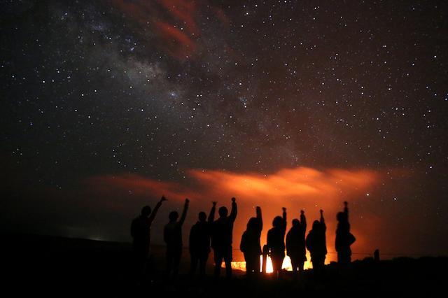 画像: 火山の噴火口と星空のコラボレーション 写真提供:マサシのネイチャースクール