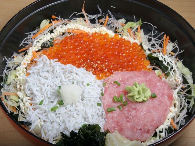 画像: 「釜揚げしらす3色丼」は、釜揚げしらす、ネギトロ、いくらが載った丼。ネギトロやいくらの鮮度も良く、まさに、ヤミツキの味。