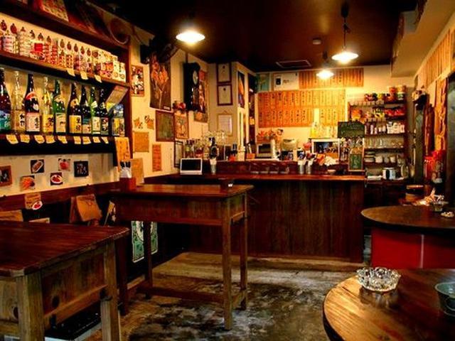 画像: 店内には、ずらりと奄美の焼酎が並んでいます。缶詰も陳列してあったりと、缶詰Barのような雰囲気も。