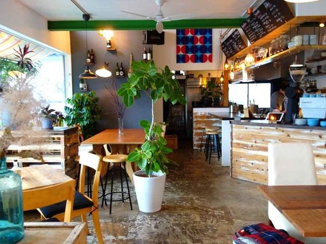 画像: JR山陰本線豊岡駅の西口より徒歩約3分。2018年6月に「EAT Food&coffee+Wine」はオープンしました。