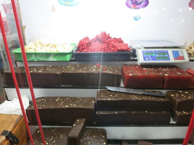 画像: 下山ルートに数多くあるドドルというお菓子の店。しっかりとした食感で甘みが強く、スリランカの羊羹みたいなもの