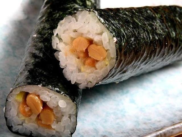 画像: そして、名物の納豆巻き!昭和30年代前半からあるそう。約20年前から大評判だという、岩手県産の納豆とネギが入った巻物。