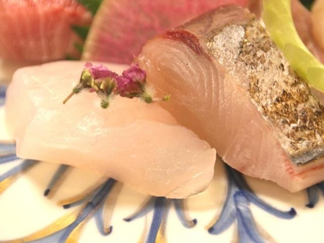 画像: もちろん時期によって旬の鮮魚は変わるので、盛り合わせも変わっていきます。海老などが載る時も。
