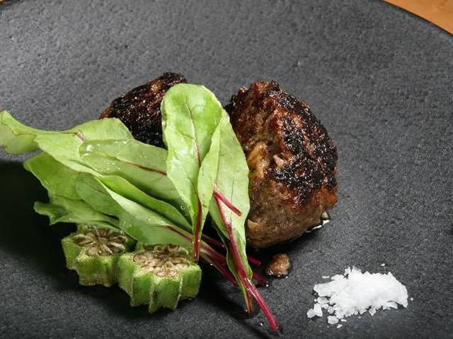 画像: 「フォアグラ入り和牛ハンバーグ」。デミグラスソースもいいですが、塩や柚子胡椒もぴったり。