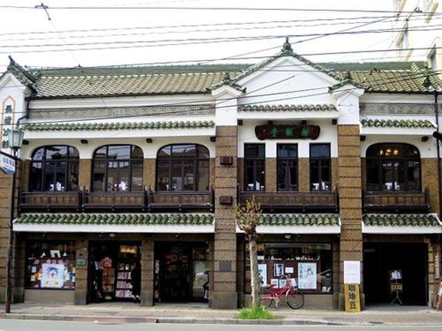 画像: 熊本市電新町停留所の近くに文化庁登録有形文化財『長崎次郎書店』があります。建ったのは、大正時代。