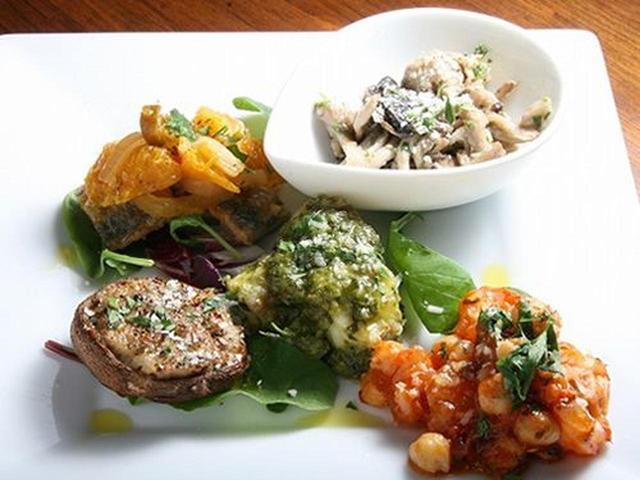 画像: 「前菜5種盛り合わせ」は、アキレスとヒヨコ豆のトマト煮、椎茸のパテ詰めなど、5種類が組み合わさっておりました。