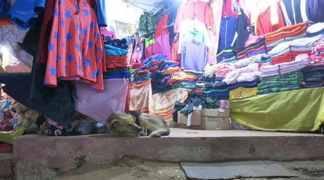 画像: ふもとにあるカデー(売店)。個性的なデザインの衣服がにぎやか