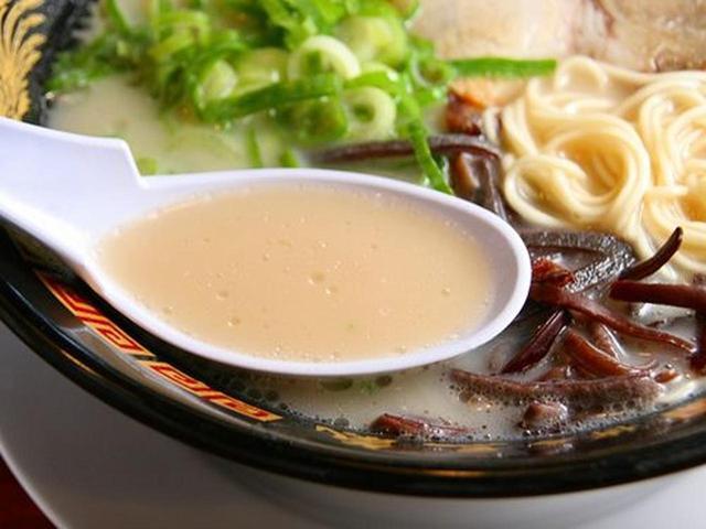 画像: クリーミーなスープは嫌な臭みも無く、幅広い層に支持されています。麺は自家製で、ラーメン専用小麦の「ラー麦」を使用。