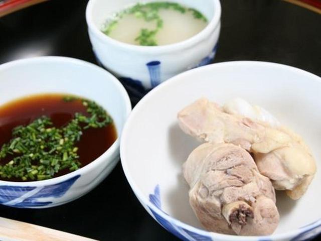 画像: 九州産の2か月以内の若い雄鶏のみを使用しているそう。炊きあがった鶏は凄く柔らか!まずはそのままで。おいしい!!