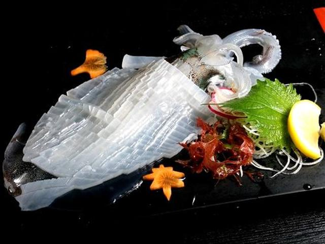 画像: 「長崎県産イカの活造り」。甘くて、ねっとりしていて美味!「後造り」で、天ぷらまたは塩焼きにしていただけます(サービス)。