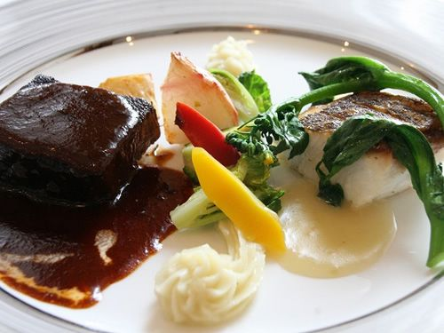 画像: 次に、箱根西麓牛モモ肉の赤ワイン煮と磯魚のポワレ2重奏。「Le Cauple」とは、夫婦、カップルという意味。