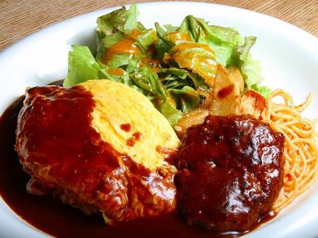 画像: 「オムライスプレート」。合挽き肉を使用したジューシーな味わいのハンバーグ。そこに濃厚なソース。