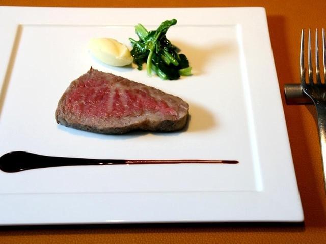 画像: 但馬牛熟成肉「ロース・カメコウ」炭火焼き。熟成肉の名店である京都の「中勢以」により約2カ月間長期熟成された但馬牛熟成肉の炭火焼きです。