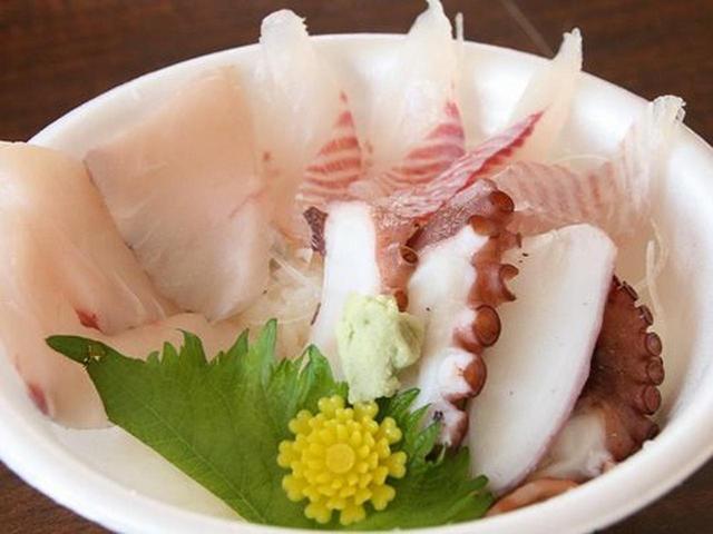 画像: 「海鮮丼」は物販コーナーに様々なお刺身(お造り)が売られているので、好きなものを購入し、自分好みの海鮮丼を作ろうというもの。