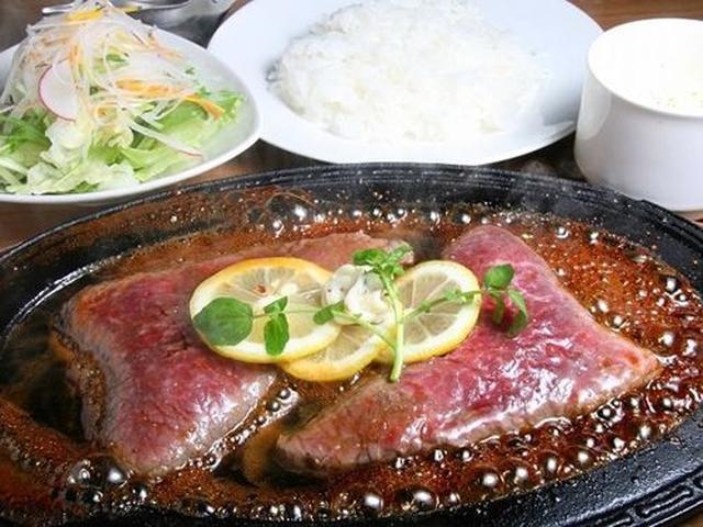 画像: 「レモンステーキ」。熱々の鉄板の上に長崎和牛、そしてソースをかければ、ジュワーっと音を立てて、湯気が立ちこめます。