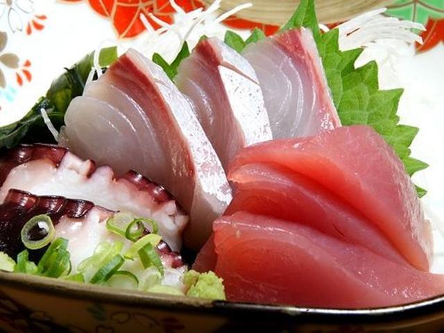 画像: 地元で採れる魚を用いたお刺身盛り合わせ。鮮度の良さが自慢です。かんぱちの天然ものも出たり!