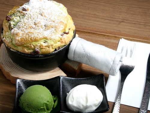 画像: こちらは「特製パンケーキ」。鉄製の片手鍋で仕上げたタイプで、ふっくら。 スペシャリティ珈琲 畔屋ブレンド。日本スペシャルティコーヒー協会のカップ評価基準に基づく、風味豊かなコーヒー。