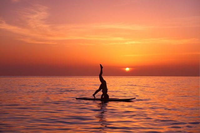 画像1: ハワイに来たならトライしたい。夕日を背に行うサンセットSUPヨガ