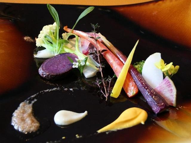 画像: 但馬野菜のグリルサラダ。出石のナカツカサファームの有機野菜と、循環型・有機農法の神鍋高原「楽農やTeams」が育む野菜を使用。