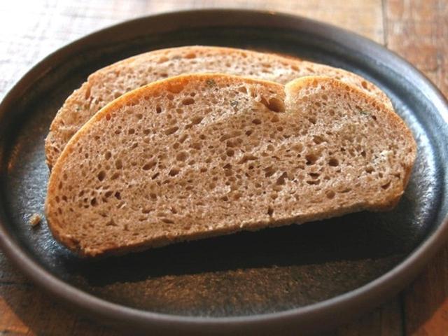 画像: パンは、出石の中務ファームの鴻巣25号という小麦粉を用いた自家製パン。自家栽培のフェンネルも練りこみ、ハーブ的な風味も。