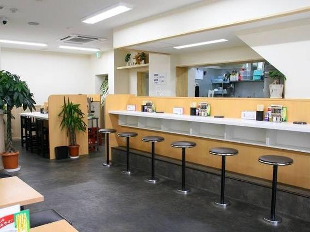 画像: 店内は結構広くて、カウンター&ゆったりとしたテーブル席。厨房も広々として動きやすそうです。