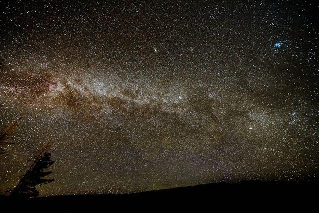 画像: 山麓での星空観賞。月明かりの影響が少ない新月の頃がおすすめ