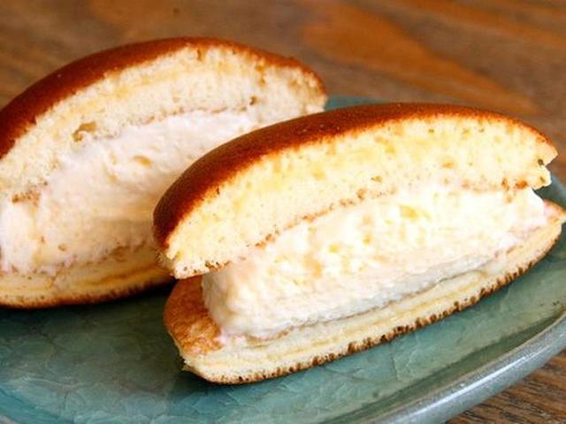 画像: 「カマンベールどら」。カマンベールチーズと生クリームが融合したどらやき。チーズのコクが全体をバランス良く引き締めています。