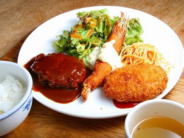 画像: 「まる定」ハンバーグ、エビフライ、コロッケが載った、いわゆる「Maruの定食」。スープ、ライス付き。