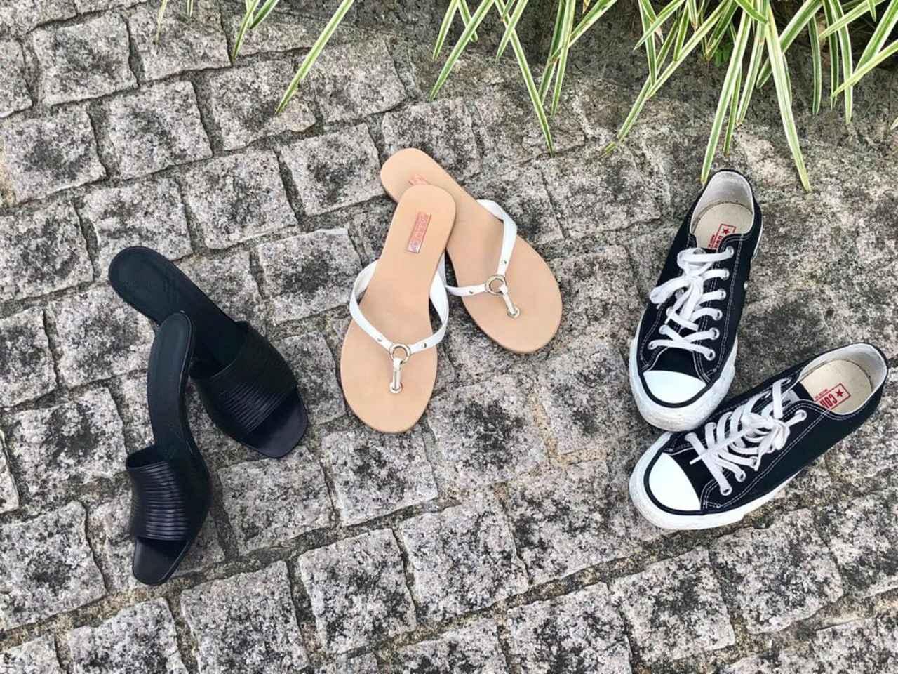 画像: [右]スニーカー:CONVERSE(本人私物) [中]サンダル:ALDO(本人私物) [左]ヒール靴:Maison Margiela(本人私物)