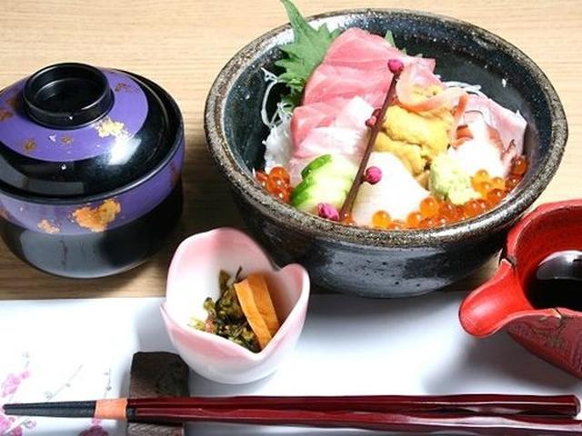画像: 「海鮮丼」。こちらも時期により海産物の内容は変わりますが、生うにも天草だったり、たこも、もちろん有明の地だこだったり。