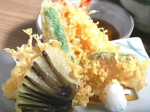 画像: お刺身の合わせ2種や、海老や野菜の天ぷらもついています。
