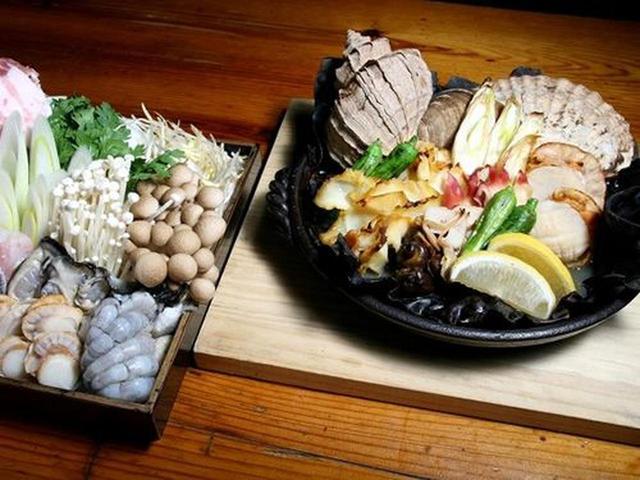 画像: 「チゲなべ」は、あさり、たら、ほたて、かき、えびなど。「貝だらけ焼き」は、つぶやほっき、ほたてなどをオーブンで焼いて提供。