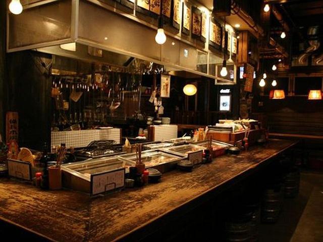 画像: 木目の和やかな店内は、まさに昭和の酒場的。それでいて天井も高く、ゆったりと落ち着ける雰囲気です。