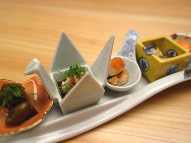画像: まずは「付出し」。スケソウダラの子と牡蠣の山椒炊き、タラ白子ポン酢、あん肝、かぶとナマコ、セコガニの内子。