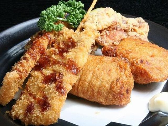 画像: 「揚げ物3点盛り」。串カツ。大きいですね!鶏唐揚げ。こちらもジューシー!さらに、地元で採れた魚で作ったすりみ揚げも!