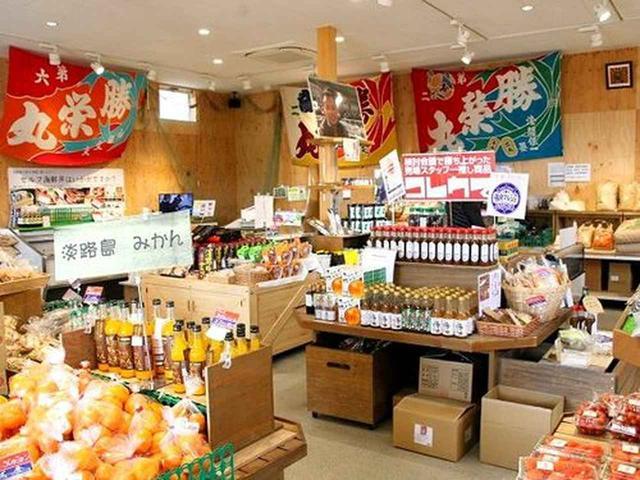 """画像: 店舗の右側は、ご覧のとおり、まさに""""マルシェ""""で、物販スペース。特に最近、イチオシなのが、自社製品のドレッシングだそう。"""