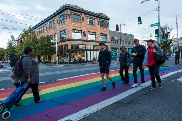 画像: レインボーにペイントされた横断歩道 写真提供:shutterstock