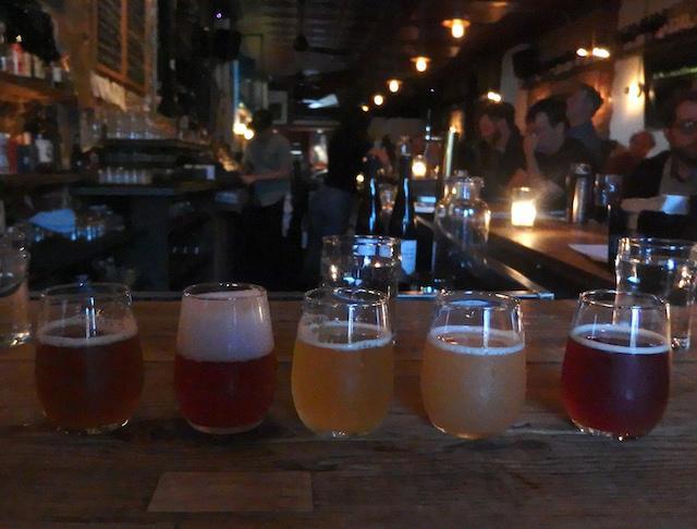画像: 面白いネーミングのビールを少しずつ飲み比べるのも楽しい