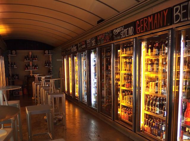 画像: 店の奥に並ぶおびただしいビールセレクション