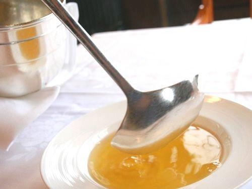 画像: まさに本物のコンソメスープです。テーブルの上で、スープをサーブしてくださいます。