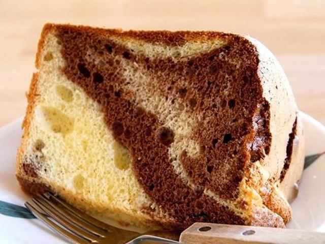 画像: 「チョコマーブルしふぉん」カカオ風味と、人気No.1のプレーンを一度に味わえるお得な一品。カカオの香ばしさも合いますね。